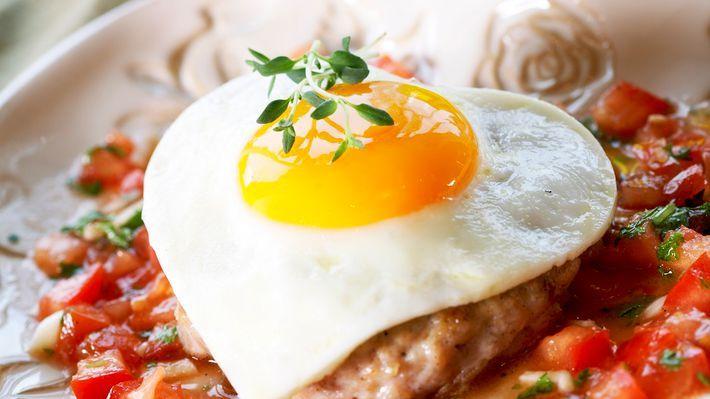 MatPrat - Karbonade og speilegg på tomatsalsa