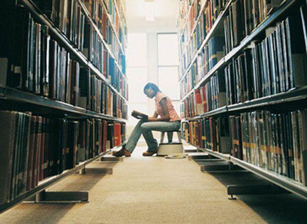 'Waarom maken we het vak literatuur niet verplicht voor alle studenten geneeskunde?' dit is de vraag die Yves T'Sjoen (Hoogleraar moderne Nederlandse literatuur) zich stelt. Zijn motivatie:'Een gedeelde passie voor literatuur slaat een brug tussen wetenschappers die ver van elkaar, elk op een eigen eiland, onderzoek verrichten.'