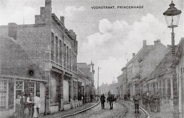 De Voorstraat (nu Haagweg) met de Adriaan Klaassenstraat (later Posthoornstraat) in de richting van de Haagsemarkt rond 1910. Rechts in de weg ligt de paardentramlijn naar de Markt.