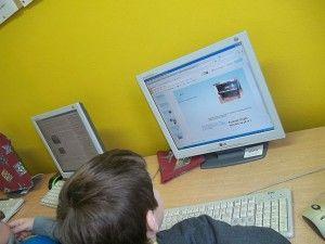 Klasa trzecia poznawała dziś googledocs oraz wspólnie przygotowała swoją pierwszą prezentację online. Uczniowie wyszukiwali w sieci materiał...