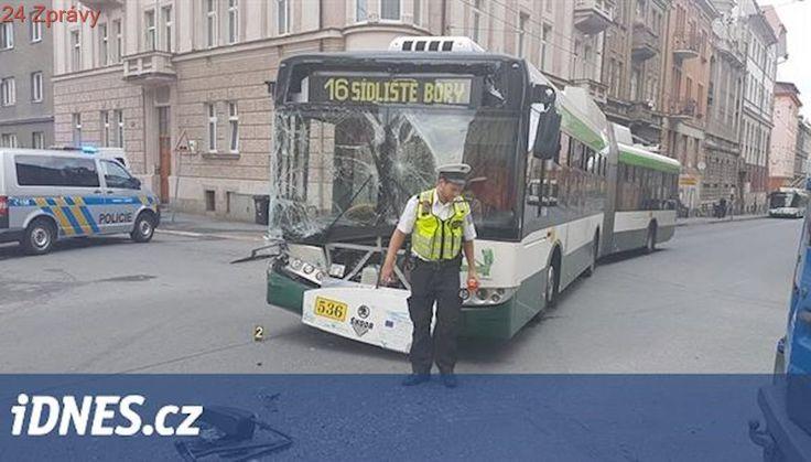 Řidič dodávky nedal přednost trolejbusu. Čtyři zraněné odvezla záchranka