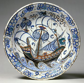 Fad af frittegods bemalet med blåt, grønt og sort samt en rød begitning under en klar glasur / Fritware dish, painted in blue, green, and black and with a red slip under a transparent glaze