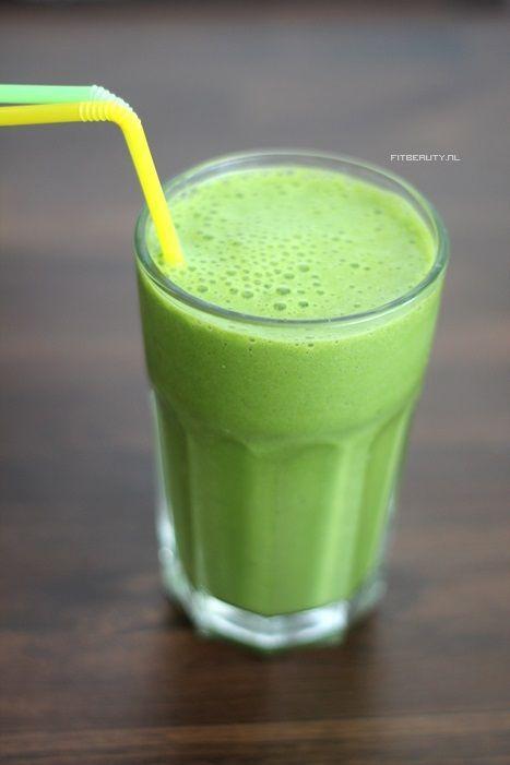 Groene Smoothie! Wat heb je nodig voor 1 grote smoothie of 2 middelmatige smoothies: * 1 rijpe banaan * handje spinazie (zo'n 30 gram, meer mag ook!) * 100 ml kokosmelk, amandelmelk, sojamelk, wat jij wilt ik gebruik óf deze kokosmelk of een ander soort plantaardig melk * ijsklontjes (optioneel, wel aangeraden)