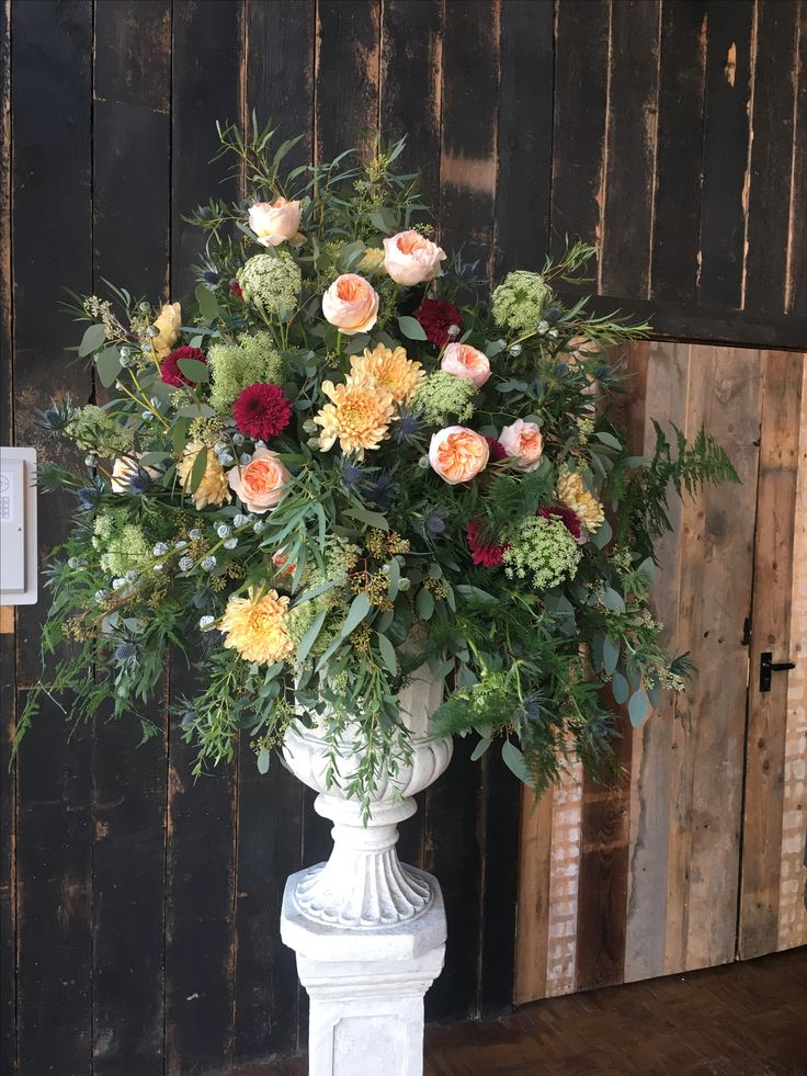 A classical urn, the combination of peaches, with the pop of burgundy is amazing