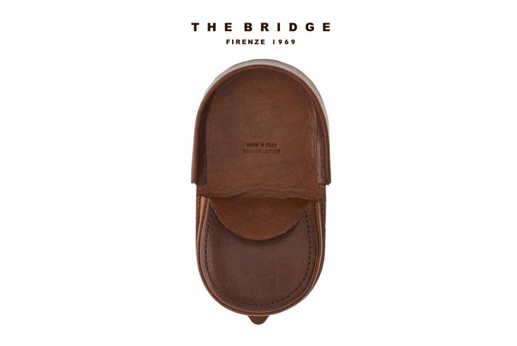 Christmas gift idea: simple and useful, this leather change purse is the perfect accessory to store your loose change.   Available on our online shop: http://shop.thebridge.it/en-gb/catalog/detail/change-purse/01302501?ic=4OrdbQ%3D%3D