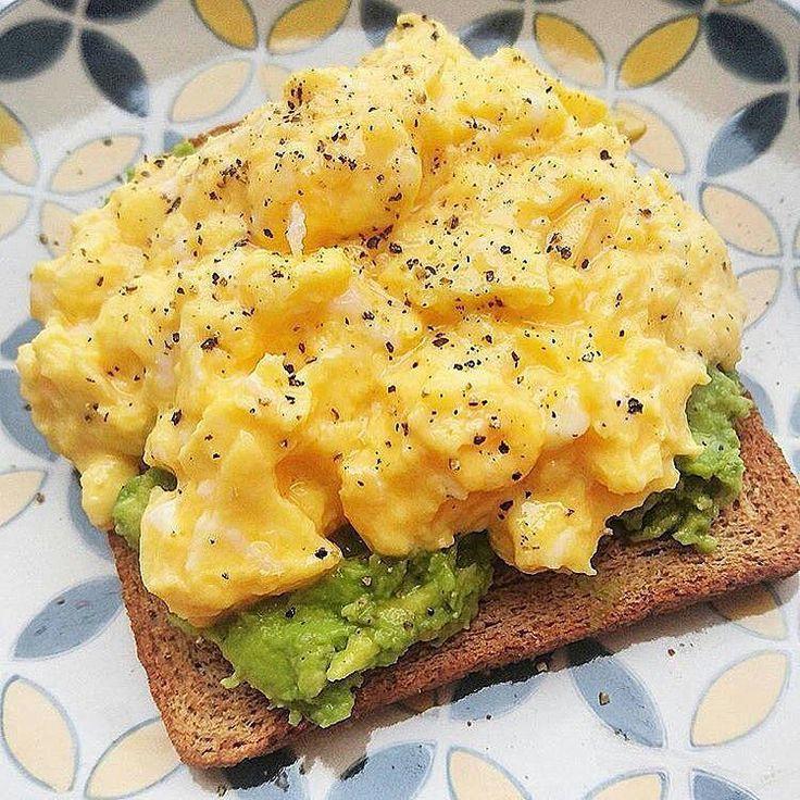 Siempre es necesario un buen desayuno para empezar el dia, por eso les dejo la técnica ideal para preparar Huevos Revueltos. Ingredientes: 4 Huevos ¼ taza de Leche líquida 2 cdas. de Mantequilla Sal Pimienta Preparación: -Con la ayuda de un batidor de mano, bate los Huevos junto a la Leche en un bowl. -Calienta un sartén antiadherente a fuego medio y agrega la Mantequilla. -Luego, añade la mezcla de los huevos. -A medida que los Huevos empiezan a cocerse, bate suavemente con una espátula a…