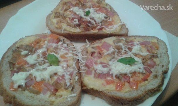 Pred hodinkou som dostala od známeho mail s videom postupu na tento recept. Tam je názov Pizza chlebíček, no ja som si tento dovolila zmeniť. Je to jednoduché a rýchle jedlo. Gramáž aj suroviny sú orientačné. Ak niekto chce vyskúšať tento recept, môže dať suroviny podľa vlastnej chuti a fantázie. Chlieb, vajíčko a syr je základ.