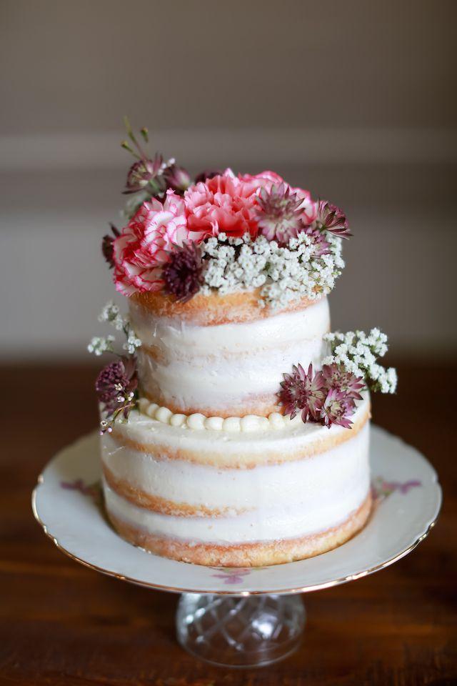 Flores frescas bolo coberto nu   Fotografia Sarah Goodwin   ver mais em: http://burnettsboards.com/2014/06/vintage-travel-inspired-wedding/ # cake # nakedcake