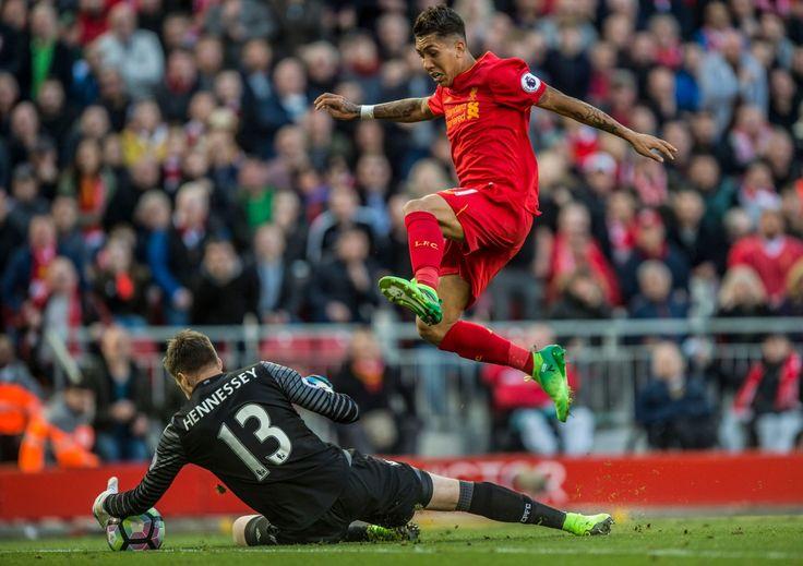 Liverpool Roberto Firmino skoky cez Crystal Palace brankár Wayne Hennessey v hre na Anfield Premier League