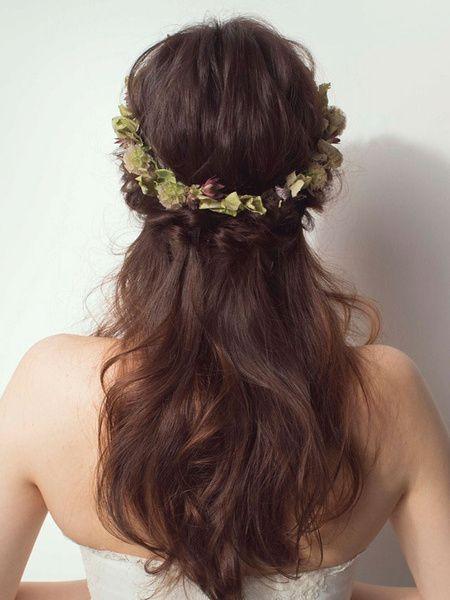 ニュアンスカラーの花冠で洗練された大人のダウンヘアに/Back|ヘアメイクカタログ|ザ・ウエディング