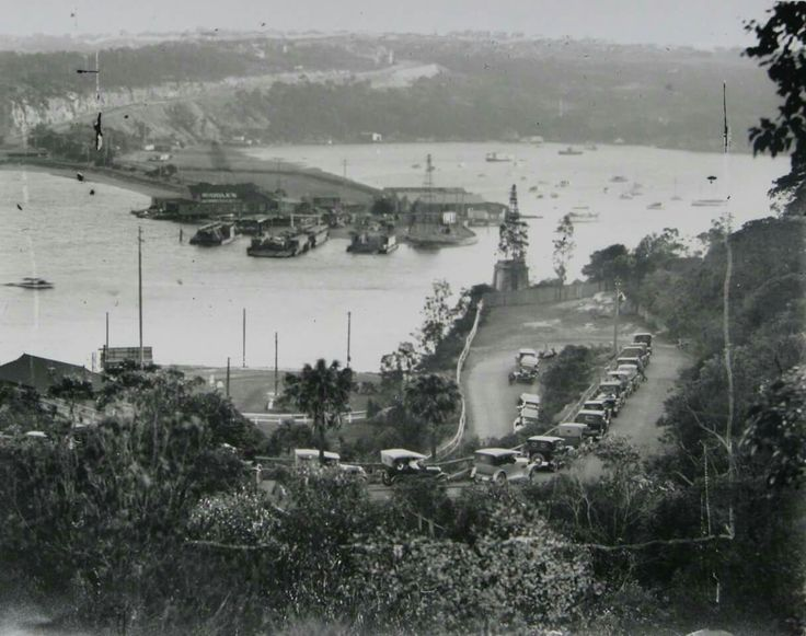 Cars queuing on the Manly side to cross The Spit on the punt in the early 1920s. •Mosman Council•
