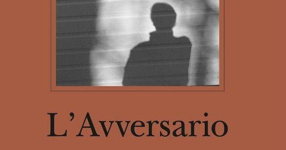 Emmanuel Carrère   L'avversario #Adelphi Carrère si trasforma in un moderno Truman Capote ed entra nella vita di un assassino, iniziando con lui una corrispondenza che spera possa sbrogliare le domande che gli ronzano in testa: come può un uomo mentire a tutti per 18 anni?