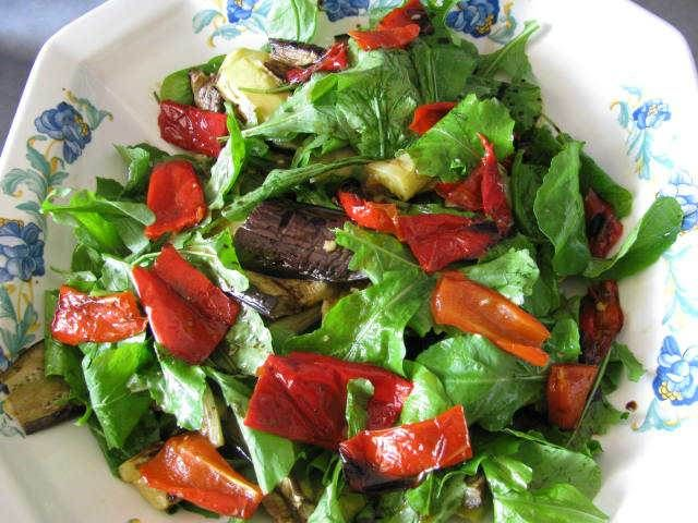 Rokalı Izgara Sebze Salatası  -  Pınar Ergen #yemekmutfak.com Rokalı ızgara sebze salatası çok lezzetli ve besleyici bir salatadır. Ara öğün yerine de geçebilecek bu salata diyet yapanlar ve vejetaryenler için de sağlıklı bir alternatiftir.