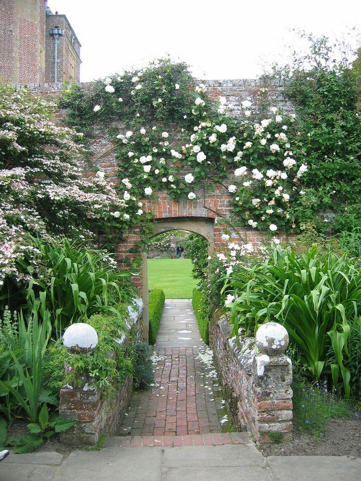 Sissinghurst - White rose/red brick