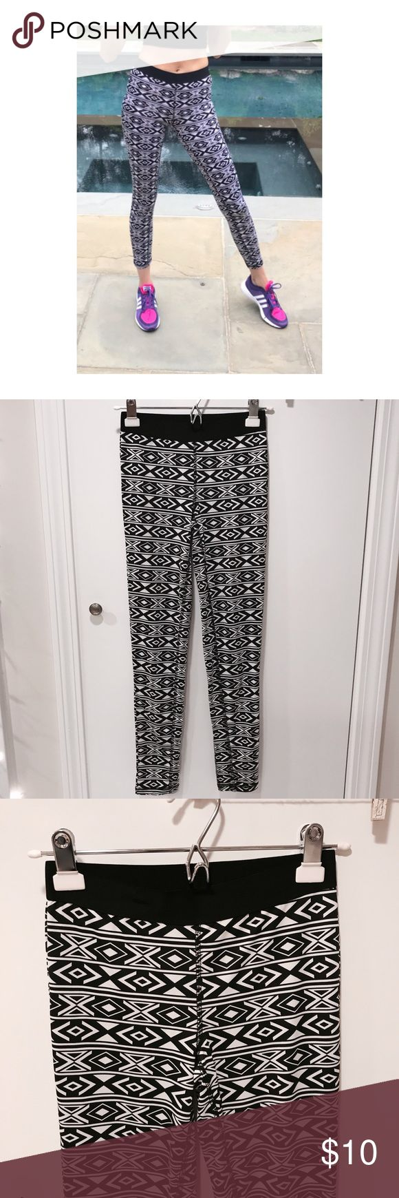 🆕 I N 🖤💙 F21  L E G G I N G S Aztec Black White Forever 21 • Aztec pattern • Black & White • Active / Sport / Gym • Leggings • size S • nice fit • gently worn • great condition • bundle and save 💙 Forever 21 Pants Leggings