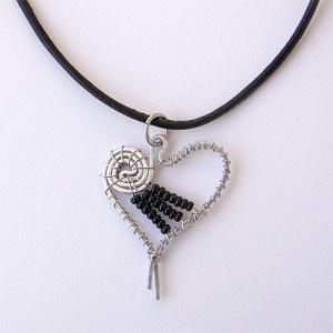 Alla hjärtans dag-gåva till någon du älskar och vill ge något som ingen annan har.Reglerbart halsband med vackert handgjort hjärta.