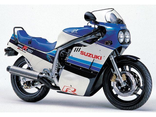 โมเดล: GSX-R750 บริษัท ผู้ผลิต: SUZUKI โฉมปี: มีนาคม 1985  โมเดลแรกของรถตระกูลR750 และเป็นโมเดลแรกที่ทำออกมาวางจำหน่ายในเชิงพานิชย์ด้วยเครื่องยนต์ที่ใช้ระบบระบายความร้อนด้วยออยล์คูลเลอร์ และมันยังติดตั้งระบบSACS (SUZUKI Advanced Cooling System ระบบหล่อเย็นที่สุดยอดของซูซูกิ) ซึ่งเครื่องยนต์ที่ใช้ระบบออยล์คูลเลอร์จะมีน้ำหนักที่เบา และกระทัดรัดกว่าเครื่องยนต์แบบระบายความร้อนด้วยน้ำ นอกจากนั้นมันยังใช้เฟรมอลูมิเนียมที่มีชื่อเรียกว่าMR-ALBOX ส่งผลให้น้ำหนักโดยรวมของตัวรถอยู่เพียง 179 กก…