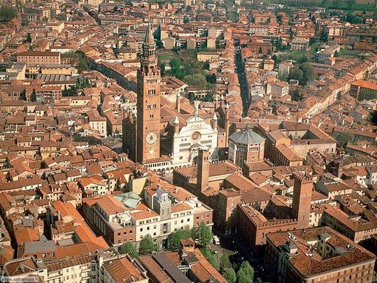 La tranquilla Cremona, con il suo Torrazzo di ben 112,27 metri (secondo campanile più alto d'Italia). Volete salire? Accomodatevi: sono 502 scalini; ma per il panorama ne vale la pena.