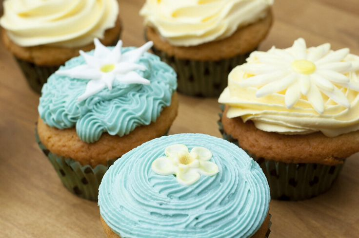 Cup cakes with buttercream and sugarpaste flowers