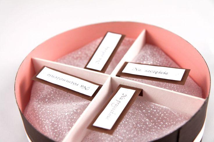 W środku 4 przegródki wypełnione lekko połyskującą organzą, na której można umieścić prezenty.