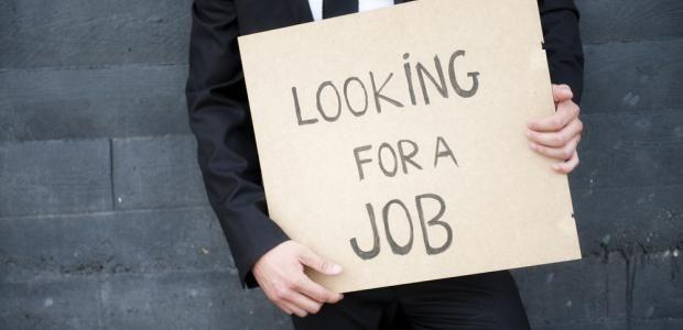 in nederland zijn veel mensen op zoek naar werk, omdat ze ontslagen zijn door hun werkgever. Dit komt door bezuinigingen van de overheid en slechte economie