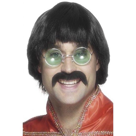 Bloempot kapsel pruik  Zwarte jaren 70 of Beatles pruik. Met deze heren Beatlespruik maakt u uw Beatles kostuum compleet. Ook wel John Lennon pruik genoemd met de juiste ronde bril erbij deze verkopen wij los in onze webshop.  EUR 14.95  Meer informatie