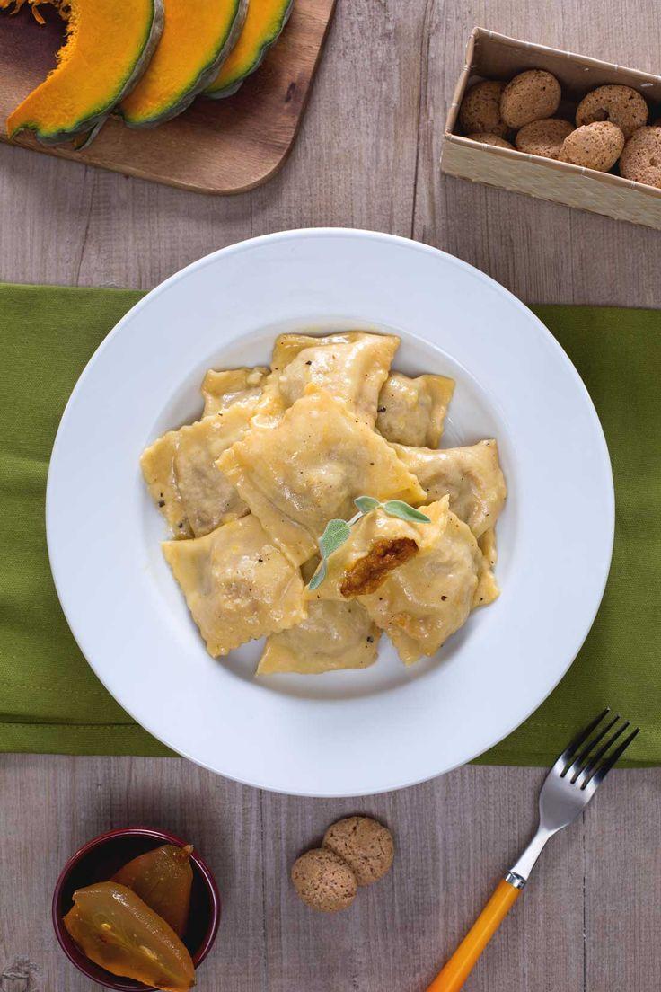 I tortelli di #zucca sono una ricetta tipica Mantovana, tradizionali della cena della vigilia di Natale. #GialloZafferano #recipe #zucca #italianfood #ricetta #Natale