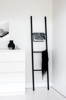 Stijlvolle opbergladderDeze decoratieve ladder is een handig meubelstuk om ofwel tijdschriften, shawls of handdoeken aan te hangen. Haal de boormachine boven en volg het voorbeeld van blogger Jennifer Hagler.De volledige uitleg vindt u op de blog A Merry Mishap.