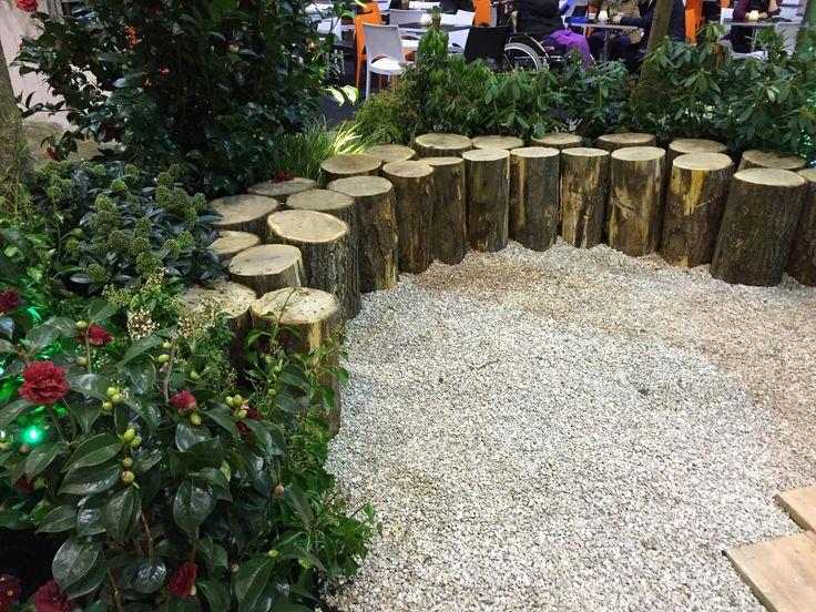 Verhoogde border van boomstammen. Gezien op Tuinidee 2016.