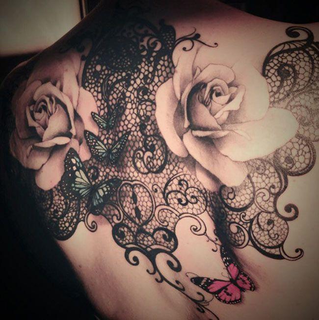 tatouage dentelle rose fleur et papillon sur dos complet femme