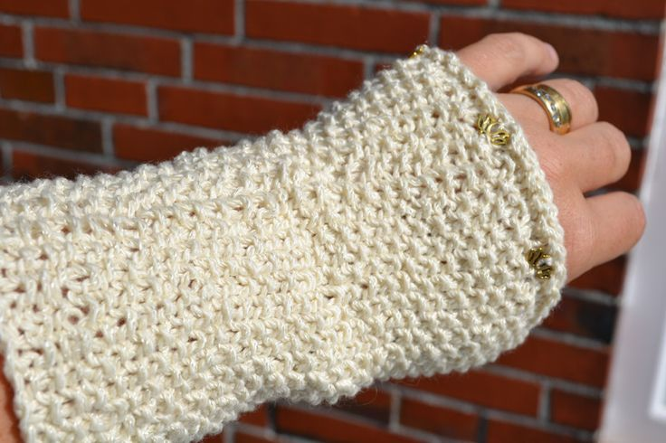 Pulswärmer - Pulswärmer Handschuhe aus Wolle mit Lotusblüten - ein Designerstück von wollkaethe bei DaWanda