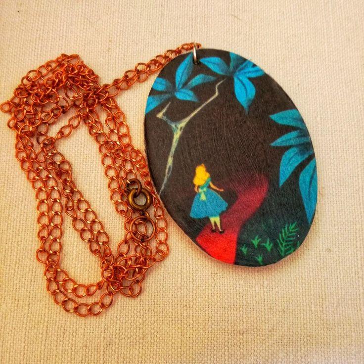 #handmade #fattoamano #necklace #collana #aliceinwonderland #wonderland #waltdisney #cartoon #whiterabbit #stregatto #lewiscarrol #legno #cartonianimati #alicenelpaesedellemeraviglie #charm #cammeo