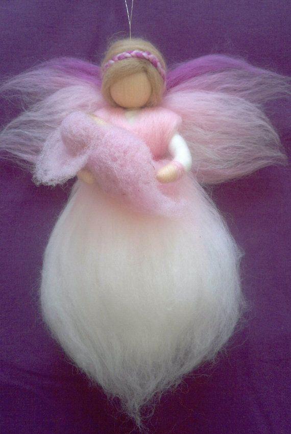 Ligera escultura en lana para colgar, ideal para decorar la habitación del recién nacido. Delicadeza y ternura para acoger al nuevo bebé.