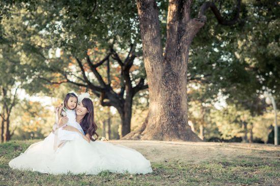結婚式の前撮りと家族写真を一体化したカメラマンの撮影をご紹介。できちゃった婚など出産が先行して結婚式や前撮りが満足にいかなかったご夫婦に、今改めてその状況をチャンスとして捉えた思い出の残し方。ファミリーウェディングフォト。