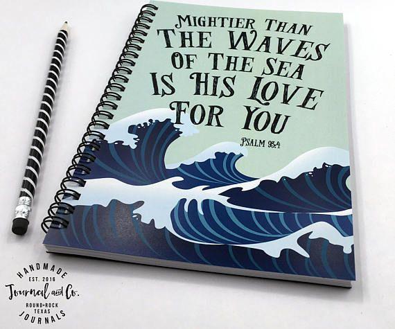 Machtiger dan de golven van de zee is zijn liefde voor u Psalm 93:4  ------------------------------------------------------------ OVER ONZE TIJDSCHRIFTEN:  -Alle onze tijdschriften meten 5,5 x 8,5 inch  -Front covers worden afgedrukt op 120 pond zware cardstock  -Zware zwarte spaanplaat tapijtruggen te bieden een stevige schrijfoppervlak  -Alle tijdschriften worden vervaardigd met 100 paginas (50 vel) 24 pond witte zure gratis papier  -Samengebonden met zwarte twin luskabel. Uw dagboek zal…