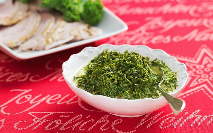 Stuvad grönkål, långkål, är mycket omtyckt på julbordet. Vispgrädde och spad från den kokta skinkan ger extra fin smak.