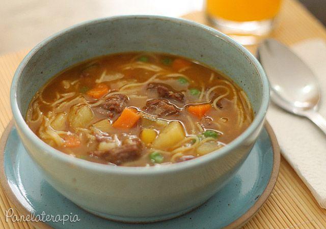 """Compartilhar Tweet Pin Enviar por e-mail Wikipédia: A minestrone (italiano: minestra (sopa) + -one (sufixo aumentativo), portanto """"sopão"""" ou """"sopa com vários ingredientes"""" é ..."""