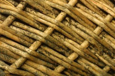 Cómo rehacer una cesta de mimbre de madera | eHow en Español