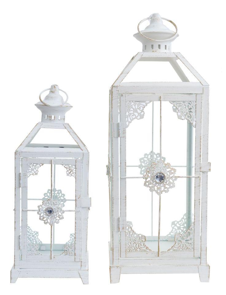 Komplet 2 metalowych latarni w kolorze kremowym, ażurowe z uchwytami, przecierane z ozdobnymi kamieniami. Latarnie o wysokości 34 i  46 cm. Idealne do dekoracji i wystroju wnętrza w domu lub w ogrodzie. Cena dotyczy kompletu 2 szt.