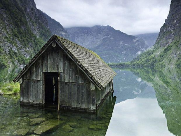 Une cabane de pêcheurs sur un lac en Allemagne