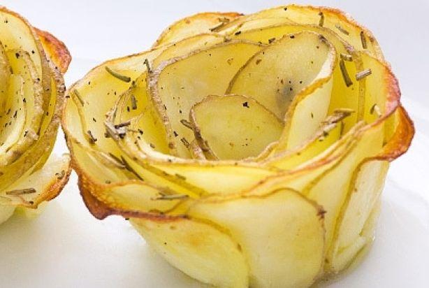 Deze aardappelroosjes met rozemarijn zijn een feestelijk bijgerecht om te serveren bij het kerstdiner in combinatie met een goed stuk vlees of vis. Het is in het begin misschien een priegelwerkje, maar oefening baart kunst. Deze aardappelroosjes zien er niet alleen mooi uit maar zijn ook heerlijk en hebben een lekker krokant korstje. Hiermee maak je zeker indruk tijdens het kerstdiner! Bereidingstijd: 30 min | Oventijd: 35 min