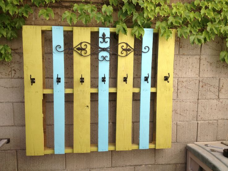 Pallet turned poolside towel holder. Free pallet, little paint, Hobby Lobby metal accent and hooks