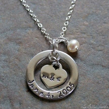Me soprende que mi familia política me compre un collar con los iniciales de mi novio y yo y la fecha de nuestra boda.