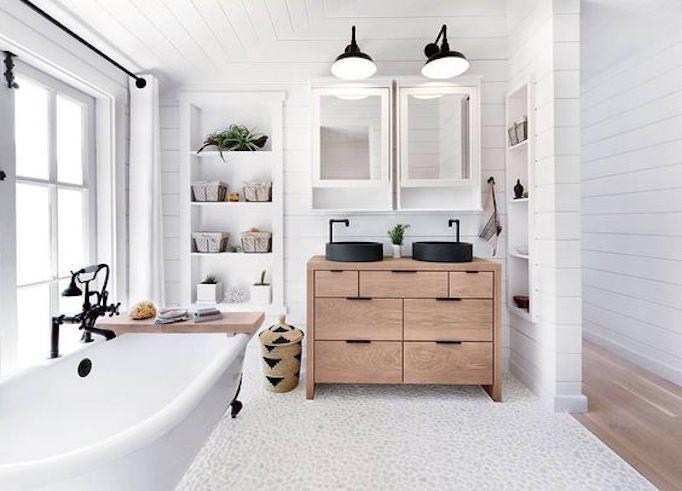 25 Fresh Farmhouse Bathrooms (BECKI OWENS)