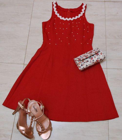 Red dress  See here: http://customizando.net/como-customizar-vestido-vermelho-4-ideias/