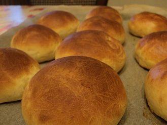 Zelf zachte witte broodjes bakken een recept voor tien broodjes, eventueel kun je het recept maal twee doen om er twintig te hebben.