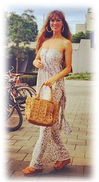 #Beertje van Beers is erg blij met haar #Hot Lava Strapless jurk! Bij Tootz.nl verkrijgbaar in de kleuren oud roze, army emerald, tricolor! https://tootz.nl/Ibiza-Kleding