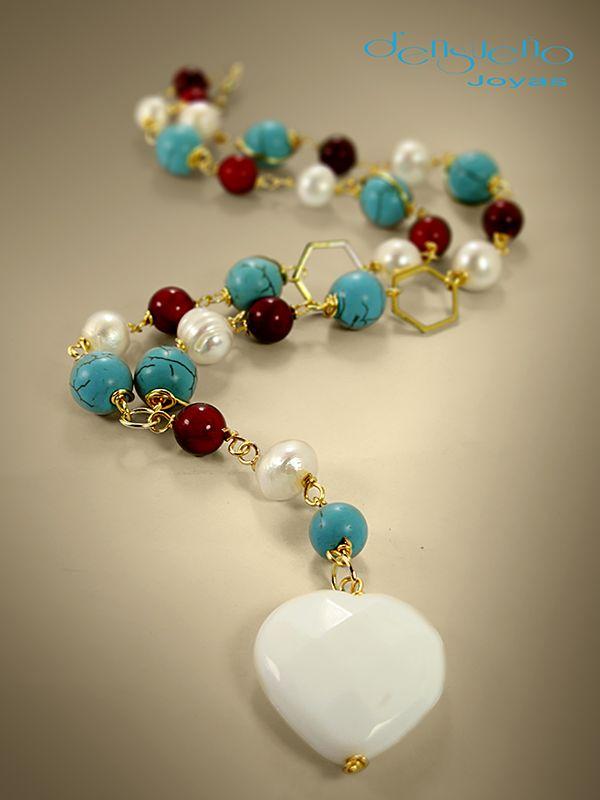 Collar diseñado en piedras semi presiosas con acabados en oro laminado.