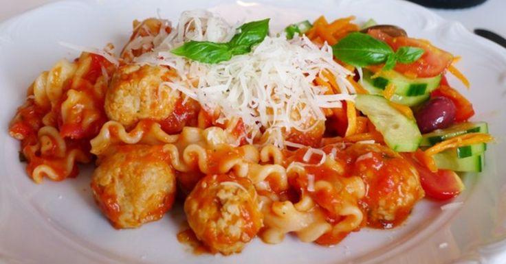Häll tomatåsen och frikadellerna över den nykokta pastan. =) Jag var nyligen på Sicilien och köpte då med med lite pasta så idag använde jag en av dem, denna sort hetta Mafalda och är som en bred tagliatelle med krusade kanter, ett trevligt alternativ till de vanliga sorterna man finner här hemma