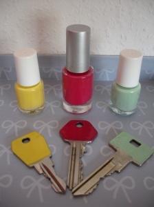 Gebruik nagellak om je sleutels te merken.